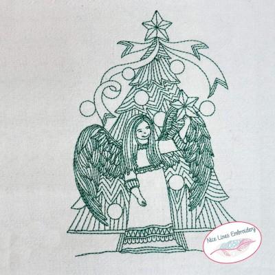 Engel vor dem Weihnachtsbaum